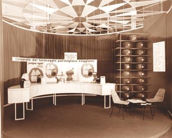 Lo stand del Consorzio del Parmigiano Reggiano alla fiera ANUGA di Colonia nel 1961: Archivio Consorzio Parmigian-Reggiano