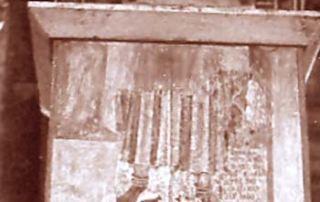 """Lugano (Canton Ticino) – Diocesi di Lugano - Cattedrale di San Lorenzo, Dipinto murale (1279 o 1329 o 1335) Parte inferiore di un affresco dedicato a San Lucio o Luguzzone, collocato sul terzo pilastro Nord della Cattedrale, sulla faccia rivolta all'altar maggiore. Durante i lavori di costruzione delle volte della cattedrale, databili ai primi anni del Novecento, l'affresco è stato irrimediabilmente danneggiato: ora è infatti possibile osservare solo la zona terminale che rappresenta il fondo delle povere vesti e gli arti inferiori del santo con semplici calzari. Si scorge, inoltre, la parte terminale di un bastone da pastore accanto al quale vi sono due figure di animali dipinte in monocromo. L'affresco luganese è la più antica rappresentazione nota di San Lucio patrono dei mandriani e dei casari, in base all'iscrizione latina sotto riportata: """"Vipinolo, figlio di Giovan Battista, detto Pocobello di Folclaso di Lugano, fece eseguire quest'opera nel 1279 (altri interpretano 1329 o 1335) durante il mese di luglio, in onore di San Luguzone"""". (A.Madesani)"""