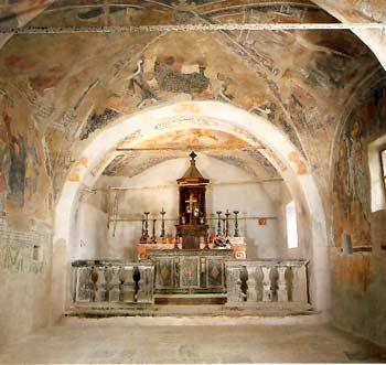 L'interno dell'Oratorio: con l'altar maggiore e la zona affrescata con le storie di San Lucio